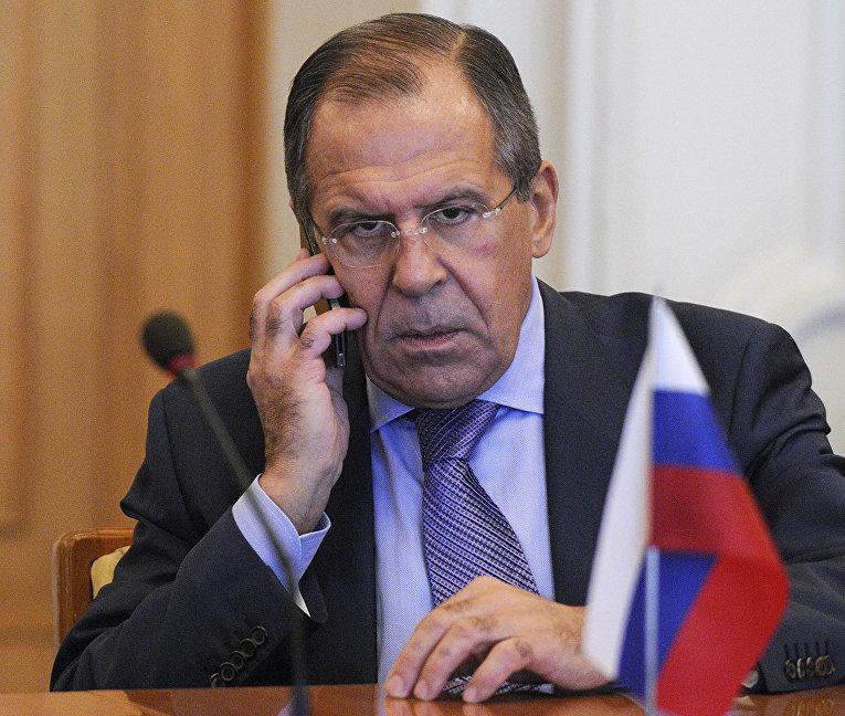 Министр иностранных дел России Сергей Лавров говорит по телефону