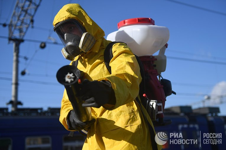 Сотрудник МЧС РФ проводит дезинфекцию платформы Ярославского вокзала в Москве в рамках мер по борьбе с распространением коронавирусной инфекции.