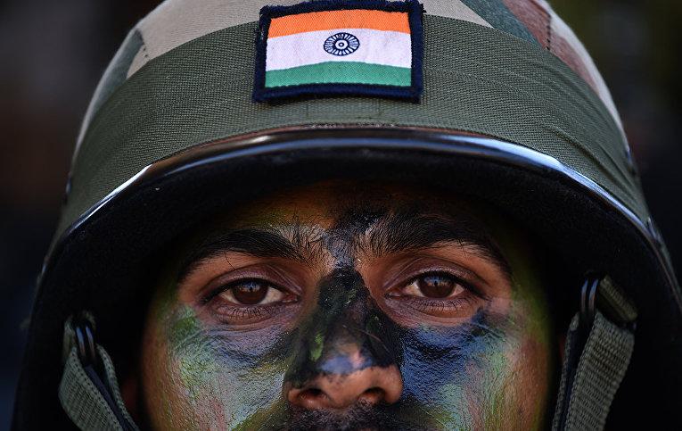 Солдат индийской армии во время учений в Аунде в округе Пуна