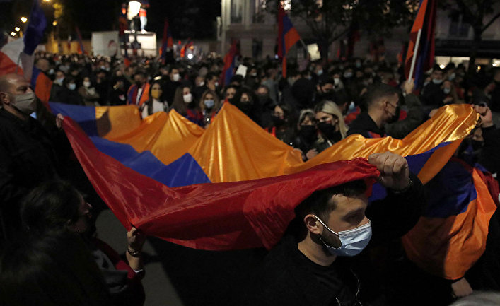 Участники акции протеста призывают к прекращению боевых действий в Нагорном Карабахе в Париже