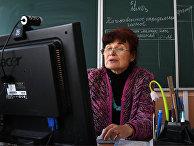 Учитель химии ведет дистанционный урок в гимназии №15 Новосибирска