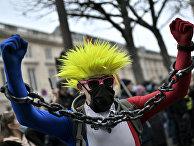 Участник акции протеста в Париже