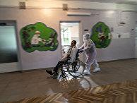 Медсестра перевозит пациента в Стебнике, Украина