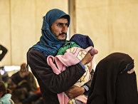 Сирийцы в лагере Аль-Холь на северо-востоке Сирии