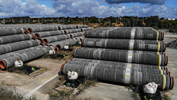 Трубы трубопровода Nord Stream 2 в порту Мукран в Заснице, Германия