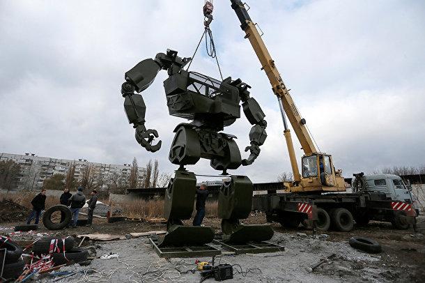 Гигантские роботы из автозапчастей в Донецке