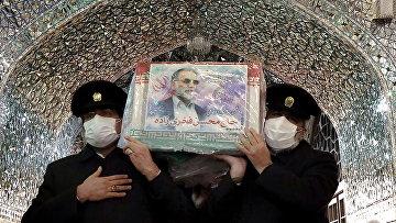 Гроб с телом убитого иранского ученого-ядерщика Мохсена Фахризаде в Мешхед, Иран