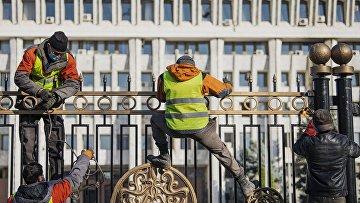 Демонтаж ограждения вокруг здания парламента Киргизии