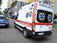 Автомобиль скорой помощи у жилого дома в Киеве