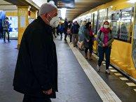 Люди в масках в метрополитене Берлина