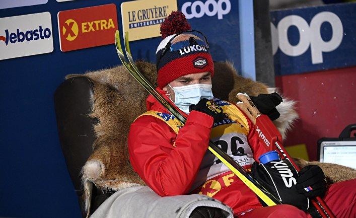 28 ноября 2020. Российский лыжник Алексей Червоткин сидит в кресле лидера, ожидая финиша соперников во время гонки на 15 км