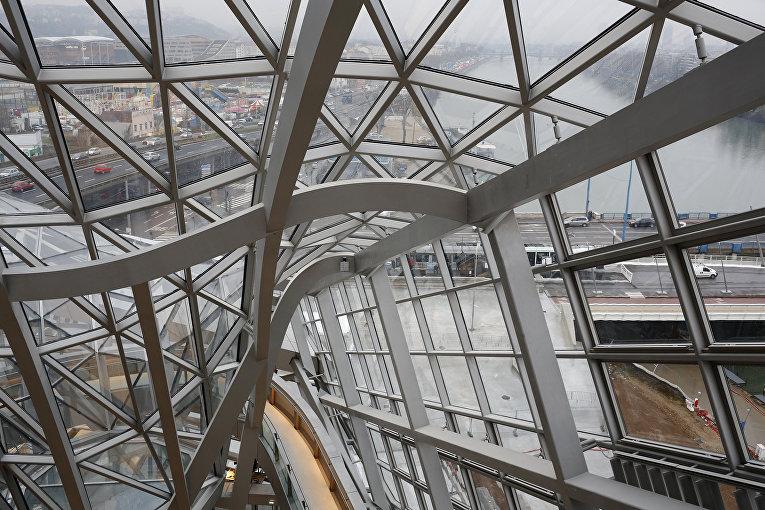 Фрагмент здания музея науки в Лионе, Франция, построенного австрийским архитектурным бюро Coop Himmelb(l)au