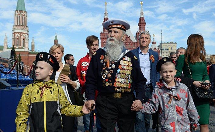 Ветеран с детьми перед началом Парада Победы на Красной площади