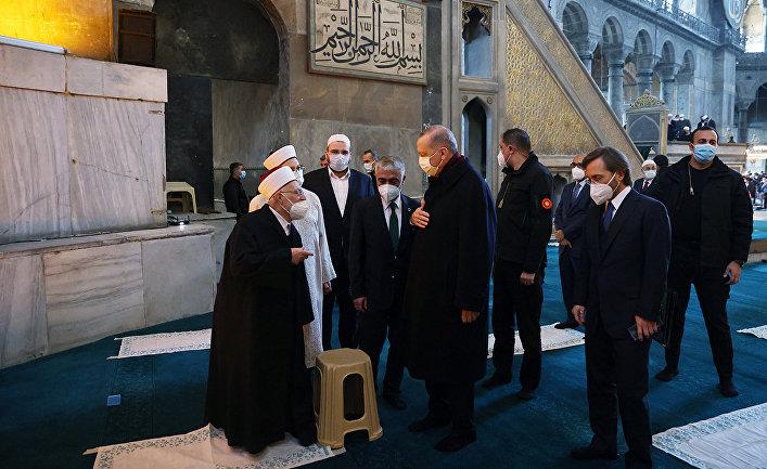 Президент Турции Тайип Эрдоган в соборе Святой Софии после пятничной молитвы в Стамбуле, Турция