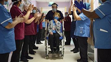 8 декабря 2020. 90-летняя Маргарет Кинан первой в Великобритании получила дозу вакцины Pfizer-BioNTech