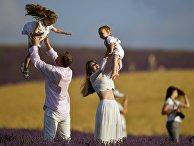 Семья с детьми на лавандовом поле в Крыму