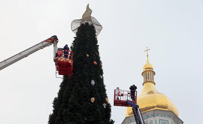 Украшение новогодней елки в Киеве, Украина