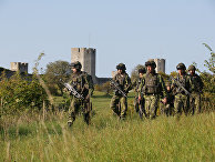 Шведские военные патрулируют окрестности Висбю на острове Готланд