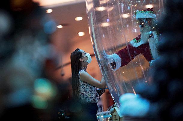 Санта-Клаус внутри пластикового пузыря в торговом центре в Бразилиа
