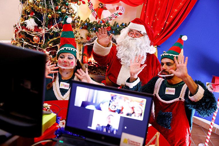 Санта-Клаус и его помощники эльфы общаются с детьми через веб-камеру в Риме
