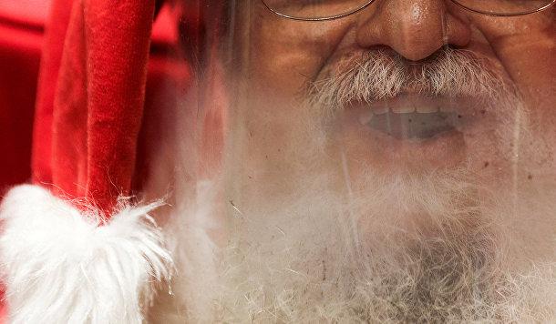 Защитная маска Санта-Клауса в Рио-де-Жанейро, Бразилия