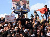 28 января 2011. Протестующие в Тунисе с портретом совершившего самосожжение Мохаммедом Буазизи