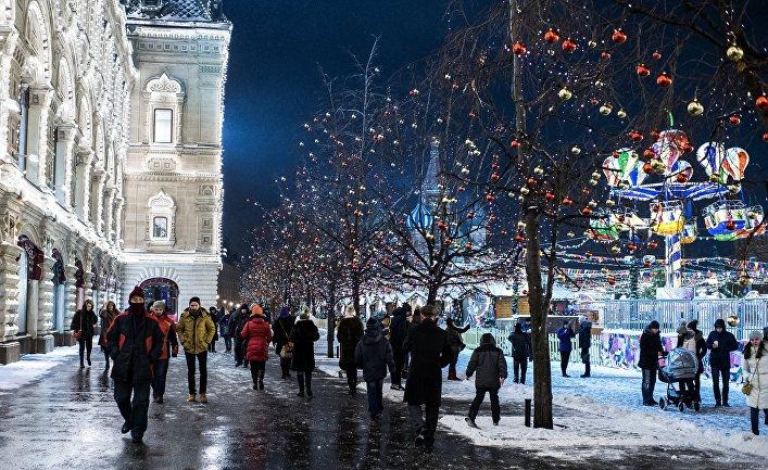 Горожане гуляют на Красной площади в Москве