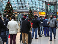 Пассажиры в аэропорту Франкфурта-на-Майне, Германия