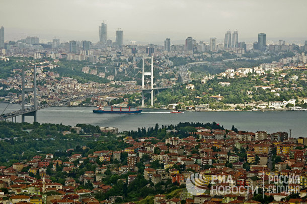 Мост через пролив Босфор, соединяющий азиатскую и европейскую части города Стамбула