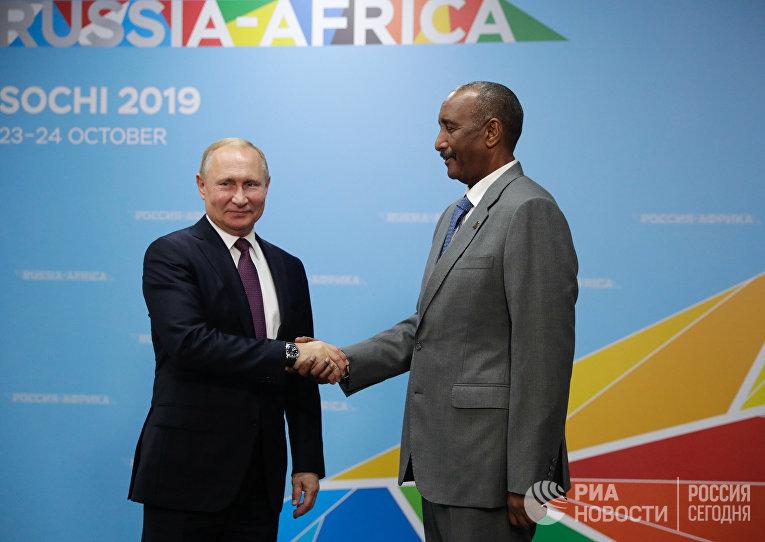 Президент РФ Владимир Путин и председатель Суверенного совета Судана Абдель Фаттах аль-Бурхан на экономическом форуме «Россия – Африка» в Сочи. Октябрь 2019