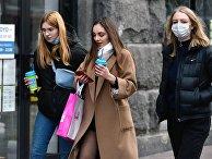 Девушки во время прогулки на одной из улиц Киева