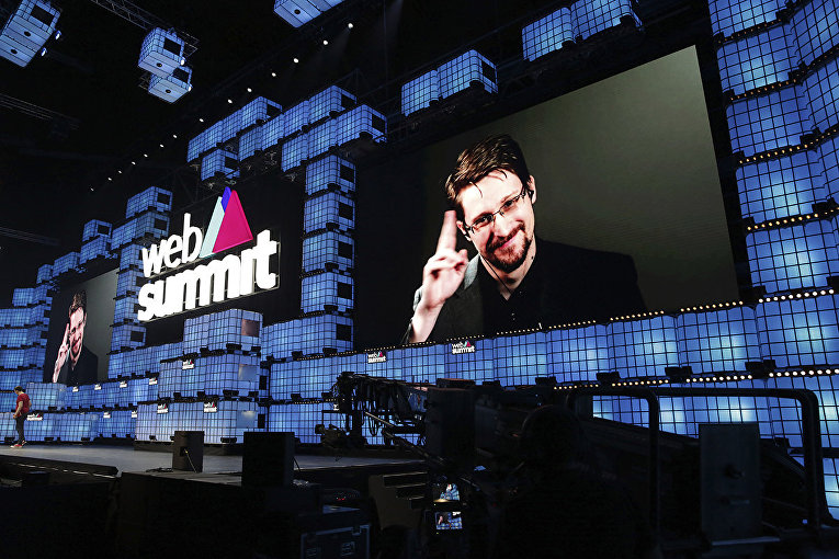 Эдвард Сноуден выступает на конференции в Португалии по видеосвязи