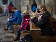 Верующие  молятся во время воскресной мессы в Римско-католической церкви Святого Франциска Ассизского в Вильнюсе