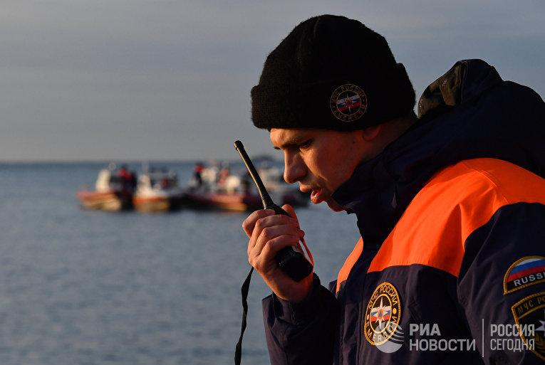 Сотрудник МЧС во время поисково-спасательной операции