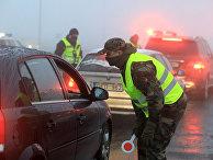 Полицейские проверяют автомобили на блокпосту в Вильнюсе