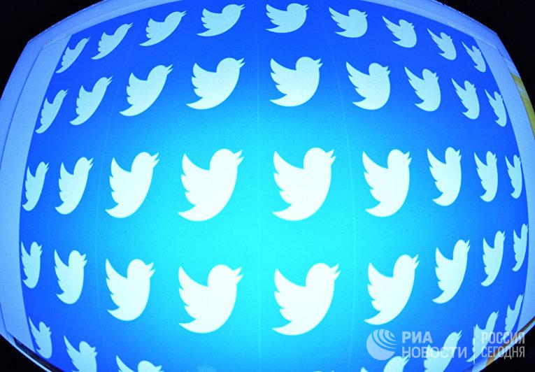 Логотип социальной сети Twitter на экране смартфона.