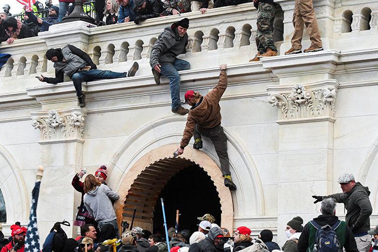 Протестующие штурмуют Капитолий США во время столкновений с полицией в Вашингтоне