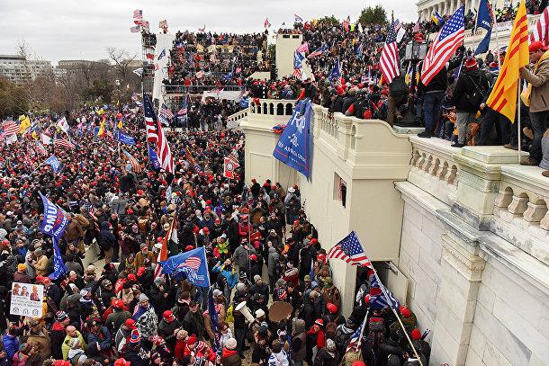 Сторонники президента США Дональда Трампа перед зданием Капитолия США в Вашингтоне