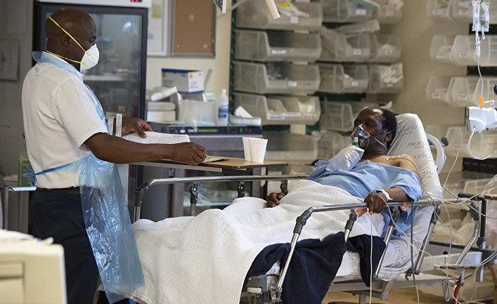 Врач и пациент с COVID в больнице в Кейптауне, ЮАР