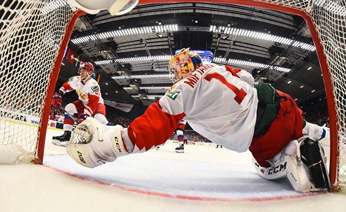 Вратарь Амир Мифтахов (Россия) в матче молодежного чемпионата мира по хоккею между сборными командами Канады и России