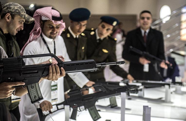 Посетители выставки вооружений в Каире, Египет
