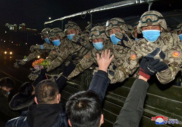 Жители приветствуют военных в честь VIII съезда Трудовой партии в Пхеньяне