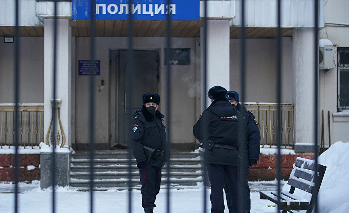 Сотрудники полиции возле полицейского участка, где содержится российский оппозиционер Алексей Навальный в Химках