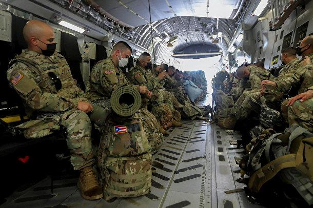 Солдаты военной полиции и Национальной гвардии готовятся к вылету в Вашингтон