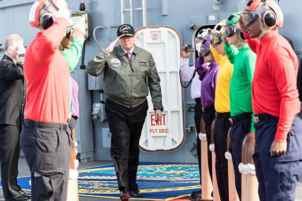 Дональд Трамп отдает честь морякам на авианосце «Джеральд Р. Форд»