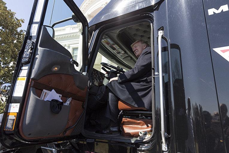 Президент США Дональд Трамп за рулем грузовика возле Белого дома в Вашингтоне