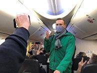 Алексей Навальный в самолете перед вылетом в Москву