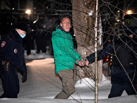 Сотрудники полиции выводят Алексея Навального