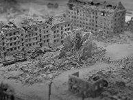 Вид на разрушенный дом Павлова (слева) и мельницу Гергардта (справа) в Сталинграде