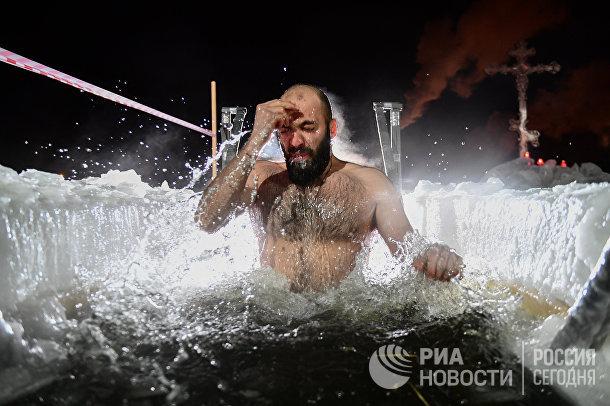 Мужчина во время крещенских купаний на Верх-Исетском пруду в Екатеринбурге